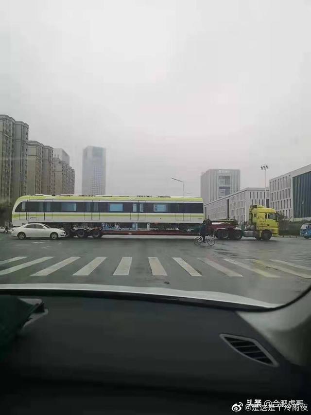 合肥地铁5号线列车正运往滨湖车辆段