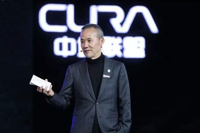 放弃当中国首富,今领着1200万退休金,娶了个年轻30岁的演员妻子