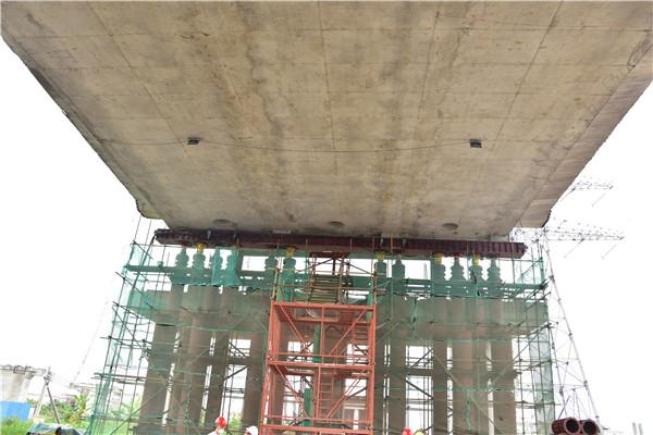 相当于顶起300辆公交车!广中江高速东凤互通高架桥完成顶升调试